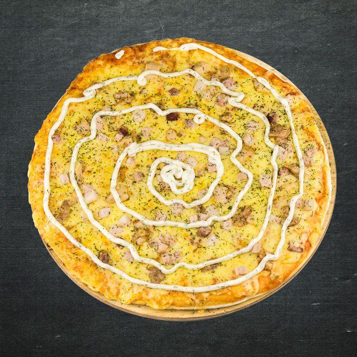Vistas fileja, bekons, Krievijas siers, tomātu mērces maisijums, ķiploku mērce, oregano, zaļumi.