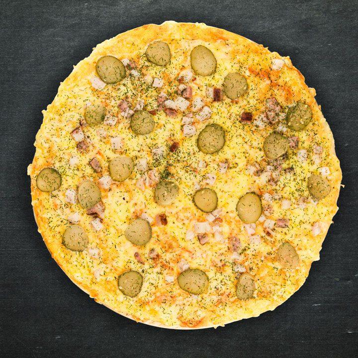 Bekons, Krievijas siers, marinēti gurķi, tomātu mērces maisījums, oregano, zaļumi.
