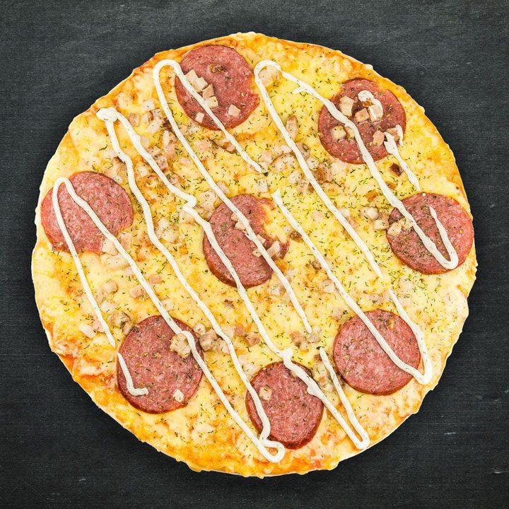 Salami, bekons, Krievijas siers, tomātu mērces maisījums, ķiploku mērce, oregano, zaļumi.