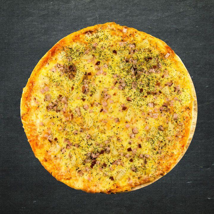 Šķiņķis, Krievijas siers, konservēti ananāsi, tomātu mērces maisījums, oregano, zaļumi.