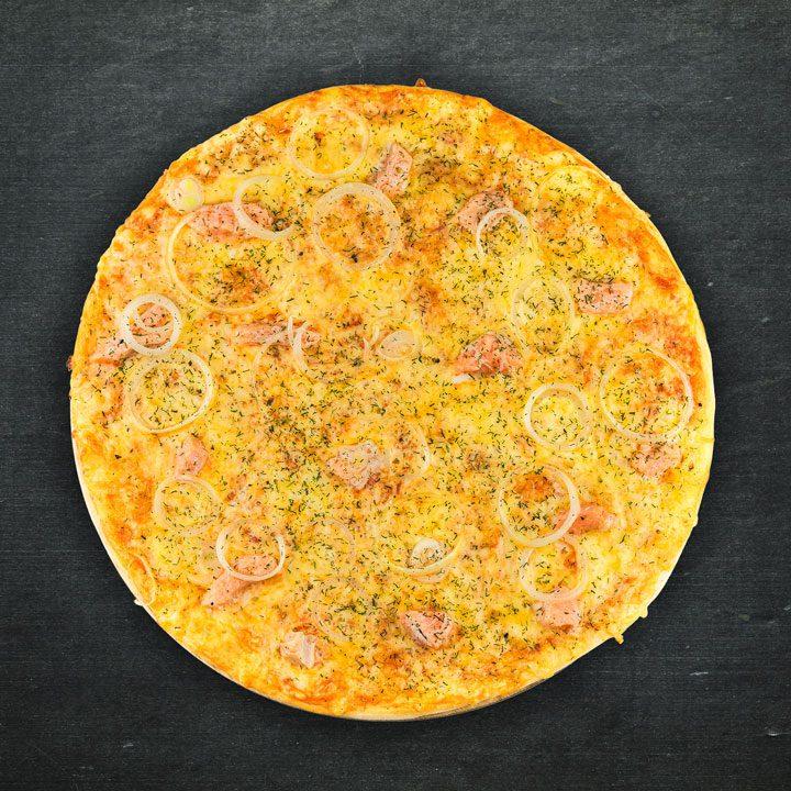 Lasis, Krievijas siers, sīpoli, tomātu mērces maisījums, oregano, zaļumi.