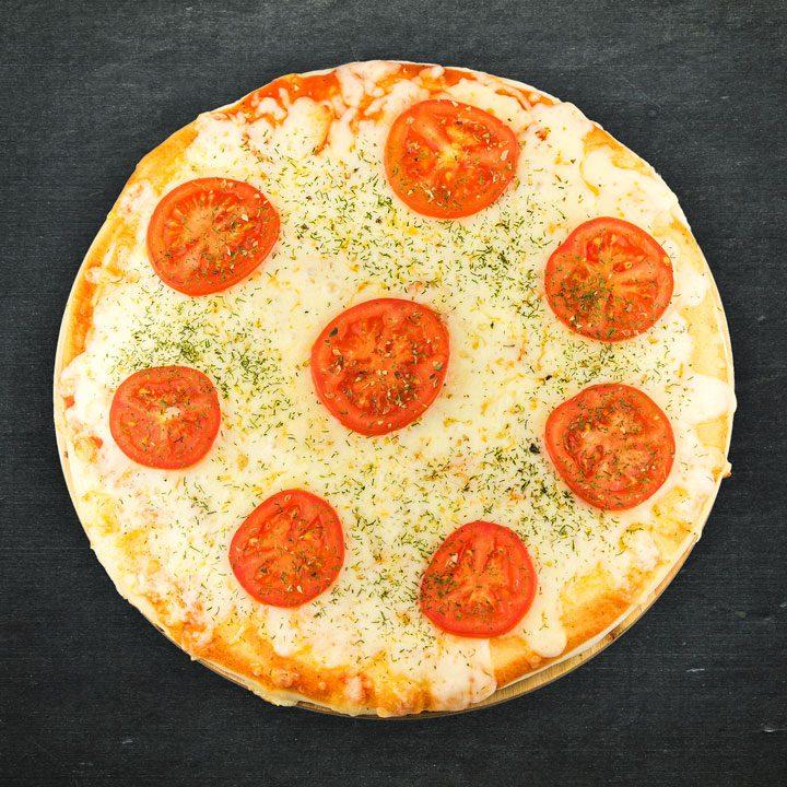 Mozarellas siers, tomāts, tomātu mērces maisijums, oregano, zaļumi.