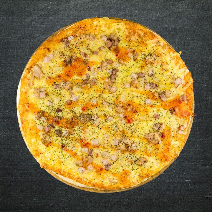 Vistas fileja, bekons, Krievijas siers, tomātu mērces maisījums, konservēti ananāsi, Pikantā saldā mērce, oregano, zaļumi.
