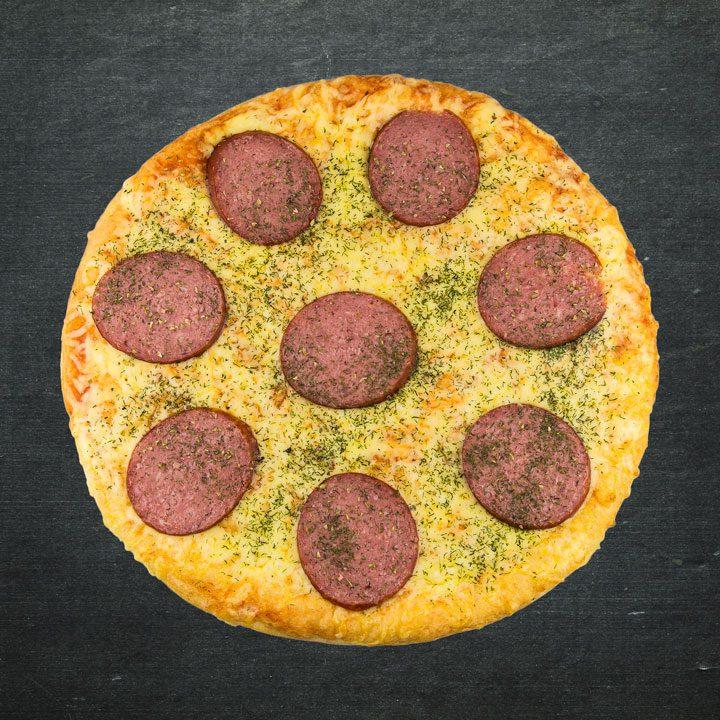 Salami, Krievijas siers, tomātu mērces maisijums, oregano, zaļumi.