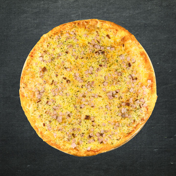 Šķiņķis, Krievijas siers, tomātu mērces maisījums, oregano, zaļumi.