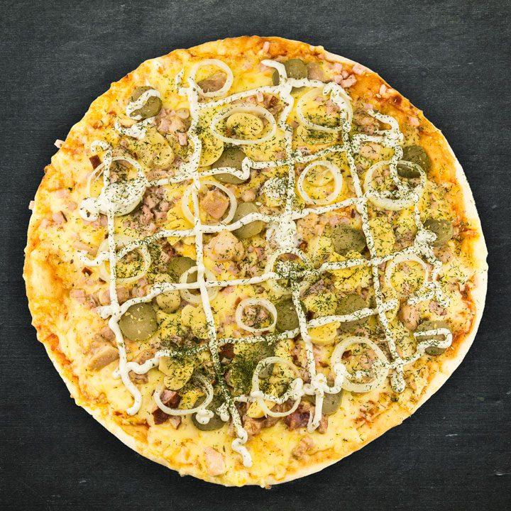 Vistas fileja, Krievijas siers, tomātu mērces maisījums, marinēti šampinjoni, marinēti gurķi, sīpoli, ķiploku mērce, oregano, zaļumi.