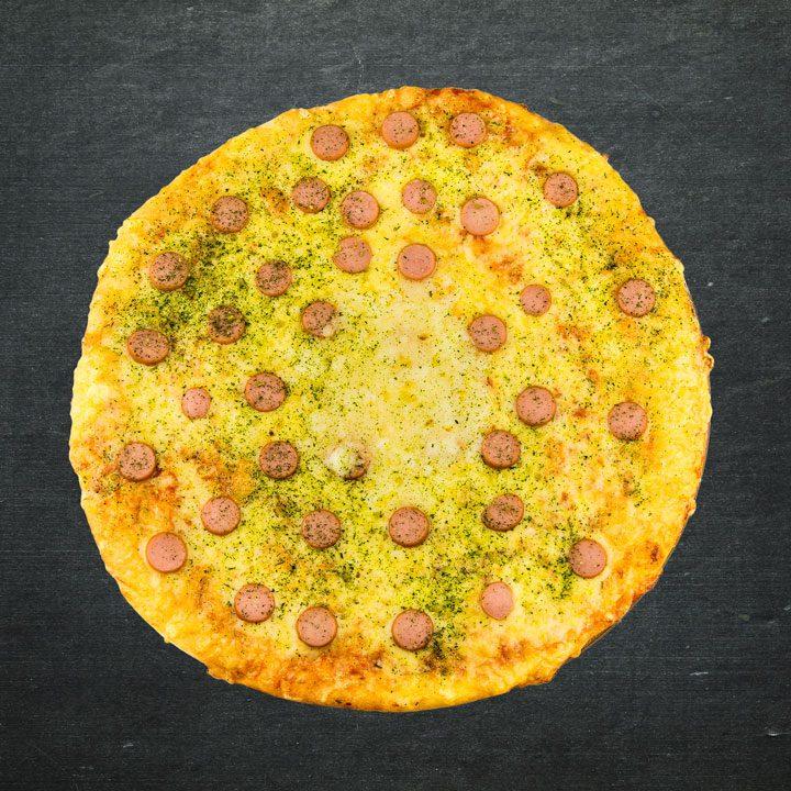 Cīsiņi, Krievijas siers, Mozarellas siers, tomātu mērces maisījums, garšviela Virdžīnija, zaļumi.