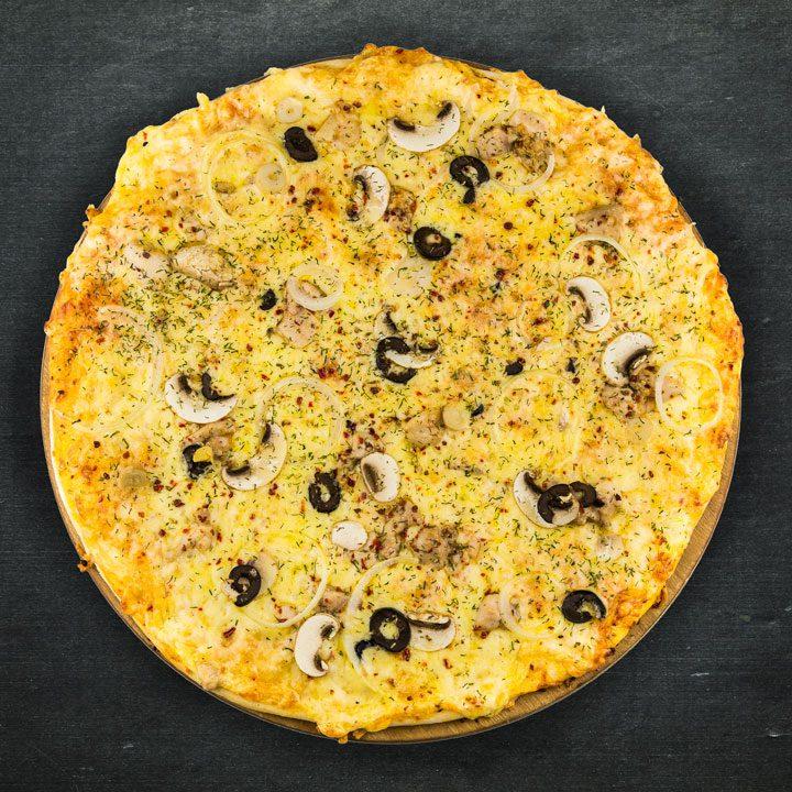 Vistas fileja, Krievijas siers, paprika, sīpoli, svaigi šampinjoni, olīvas, tomātu mērces maisījums, oregano, zaļumi.